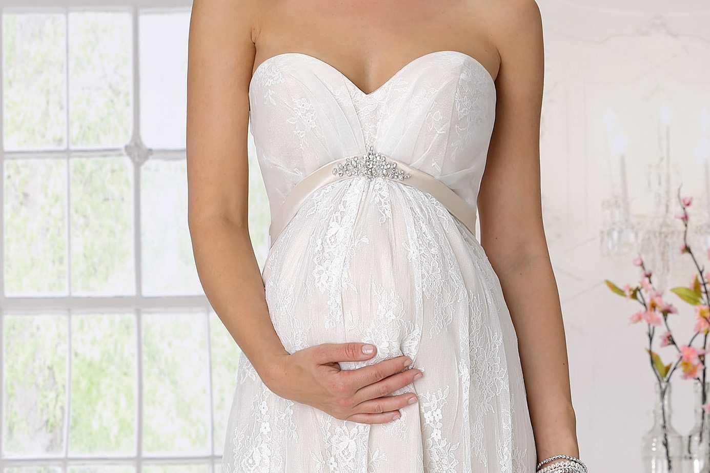 """Pregnant and I'm getting married!"". How to find the perfect maternity dress?"