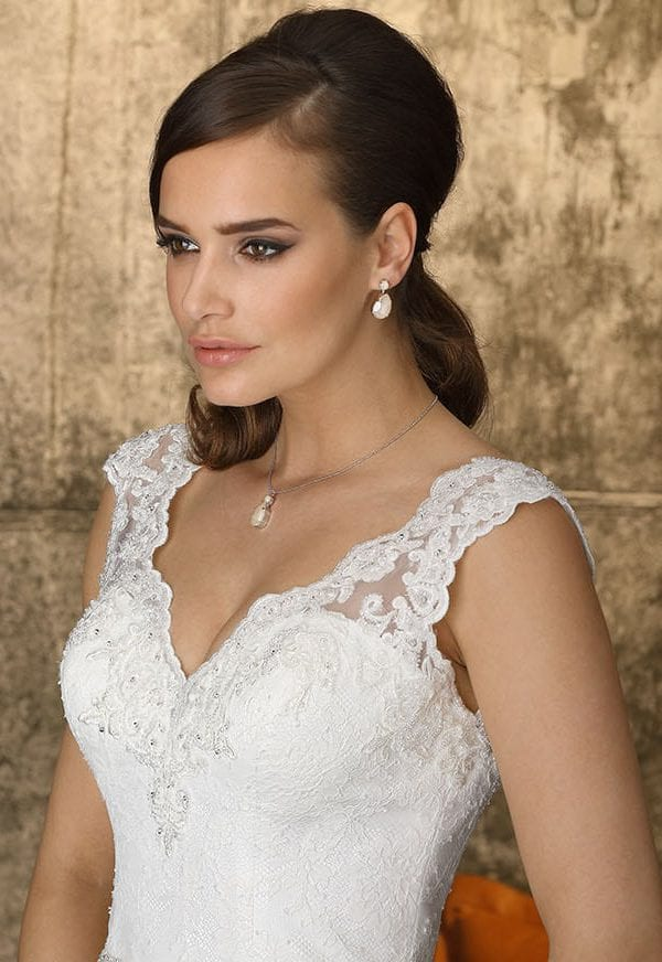 Brinkman BR9392 wedding dress with v-neck ambiance picture